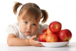 Как научит ребенка правильному поведению за столом?