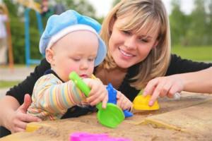 Играем с малышом в песочнице