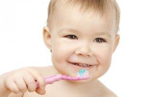 Приучаем малыша ухаживать за зубками