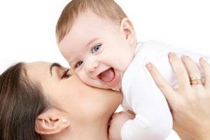 Носить ли младенца на руках?
