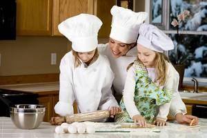Когда и как учить ребенка готовить еду