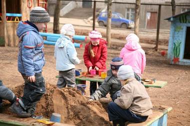 Прогулка на детской площадке: правила поведения
